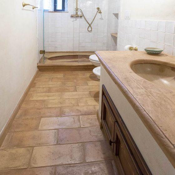 Bagno con pavimento in cotto