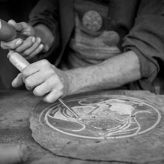 artigiano che incide pietra
