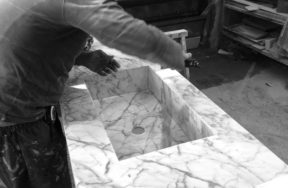 Lavorazione lavabo in marmo